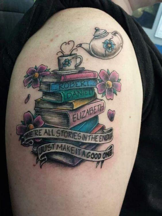 Nombres en una montaña de libros